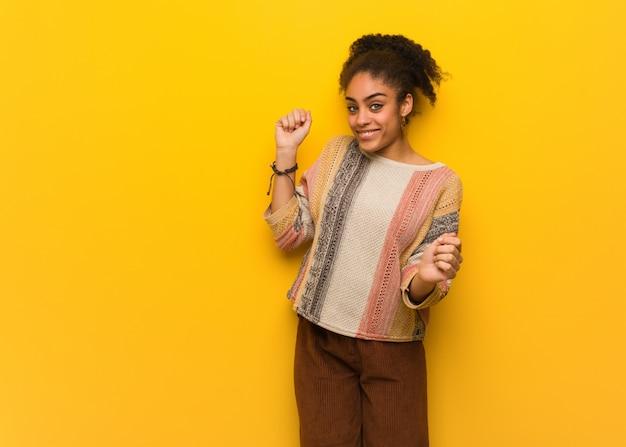 Młoda czarna dziewczyna afroamerykanów o niebieskich oczach, taniec i zabawy