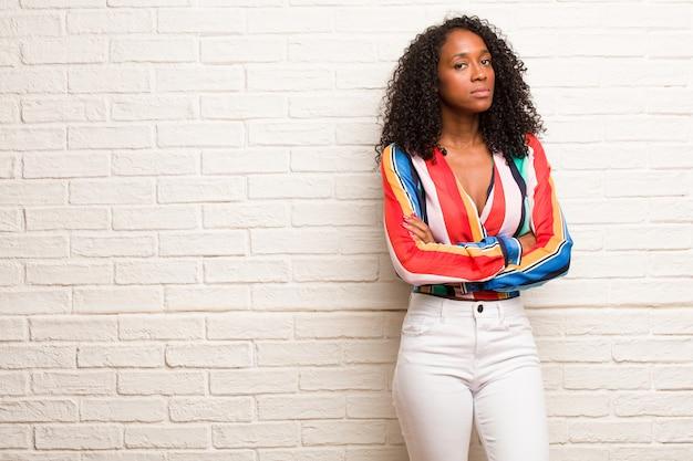 Młoda czarna kobieta bardzo zły i zdenerwowany, bardzo spięty, krzyczy wściekły, negatywny i szalony