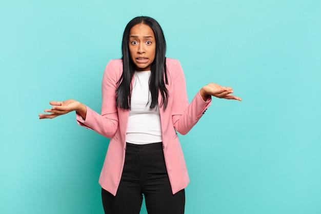 Młoda czarna kobieta czuje się bezradna i zdezorientowana, niepewna, który wybór lub opcję wybrać, zastanawiając się. pomysł na biznes