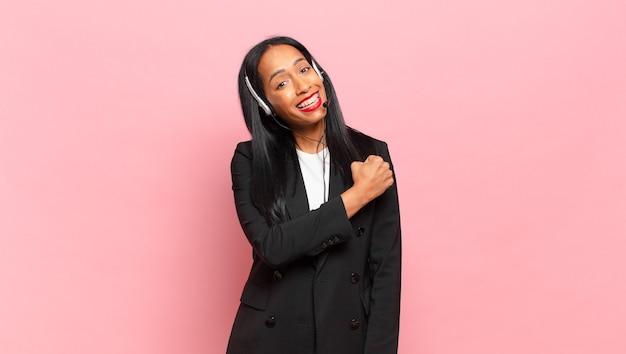 Młoda czarna kobieta czuje się szczęśliwa