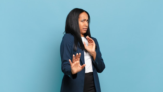 """Młoda czarna kobieta czuje się zdegustowana i ma mdłości, cofa się przed czymś paskudnym, śmierdzącym lub śmierdzącym, mówiąc """"fuj"""". pomysł na biznes"""