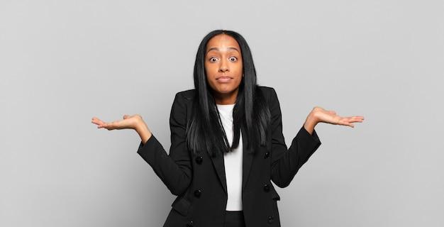 Młoda czarna kobieta czuje się zdziwiona i zdezorientowana