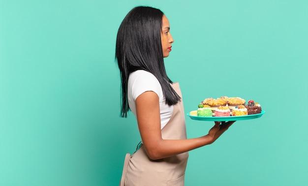 Młoda czarna kobieta na widoku profilu, chcąc skopiować przestrzeń do przodu