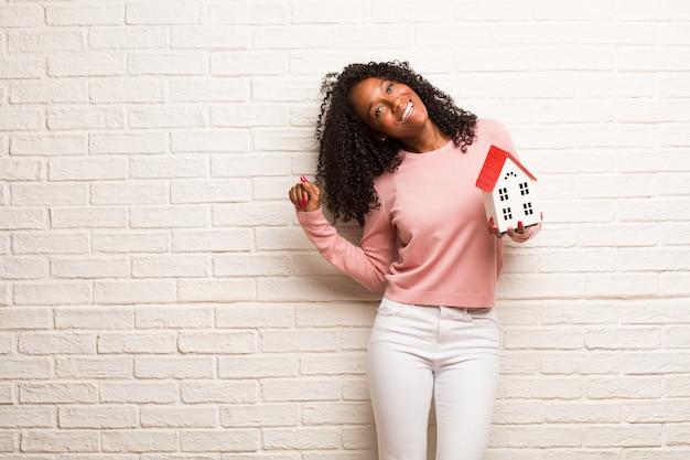 Młoda czarna kobieta słuchanie muzyki, taniec i zabawę