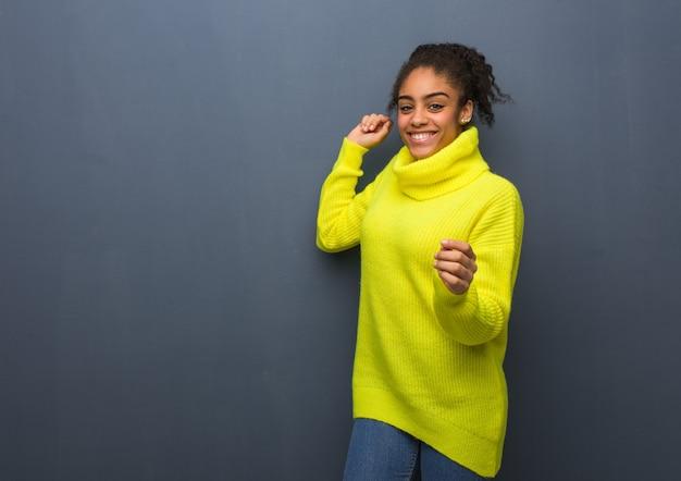 Młoda czarna kobieta, taniec i zabawę