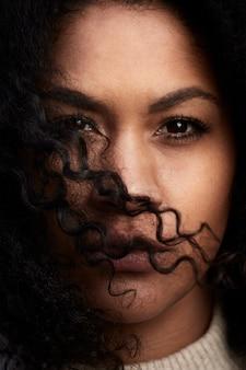 Młoda czarna kobieta z afro włosów