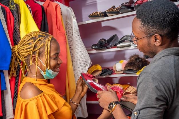 Młoda czarna para kupuje buty w lokalnym butiku