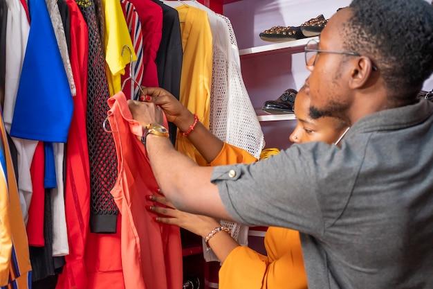 Młoda czarna para kupuje ubrania w lokalnym butiku