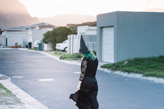 Młoda czarownica na podmiejskiej ulicy