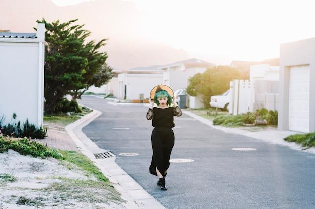 Młoda czarownica prawie straciła swój kapelusz.