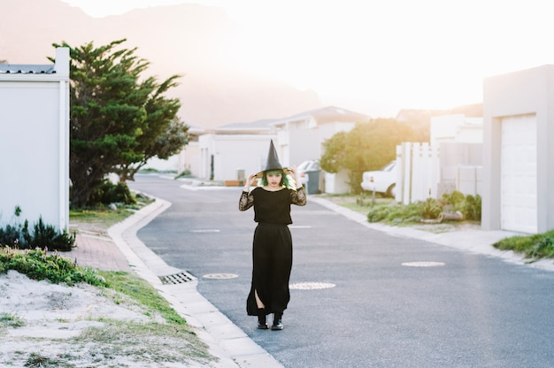 Młoda czarownica w czarnej sukni