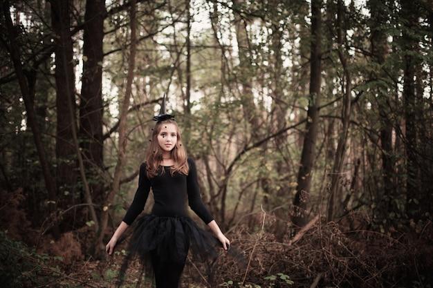 Młoda czarownica w lesie