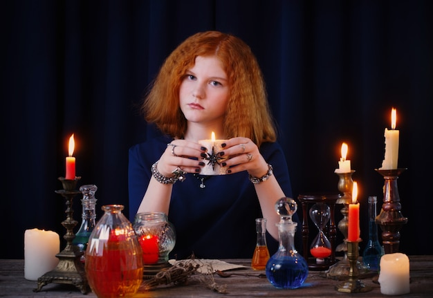 Młoda czarownica zajmuje się czarami