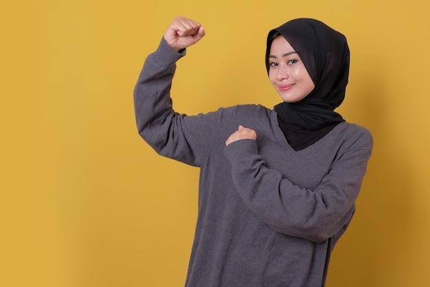 Młoda dama kobieta używając jej ręki silna kobieta i uśmiech