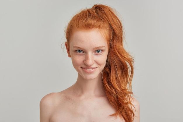 Młoda dama, ładna kobieta z rudym kucykiem i piegami