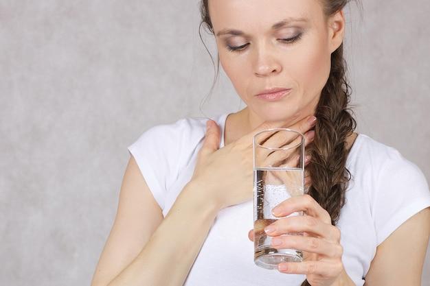 Młoda dama między 30 a 40 rokiem życia ma problemy ze zdrowiem