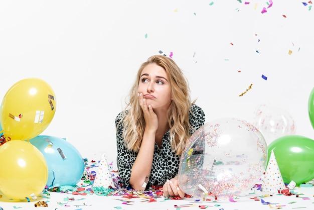 Młoda dama myśli i trzymając balon