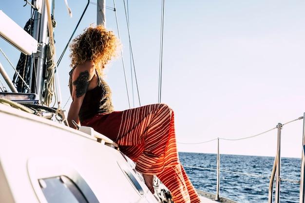 Młoda dama odpoczywa i cieszy się wycieczką łodzią podczas letnich wakacji