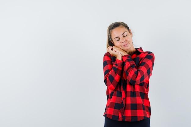 Młoda Dama Opiera Się Na Splecionych Dłoniach Jak Poduszkę W Zwykłej Koszuli I Wygląda Spokojnie. Przedni Widok. Darmowe Zdjęcia