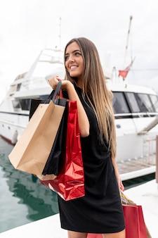 Młoda dama pokazuje jej zakupy szczęście