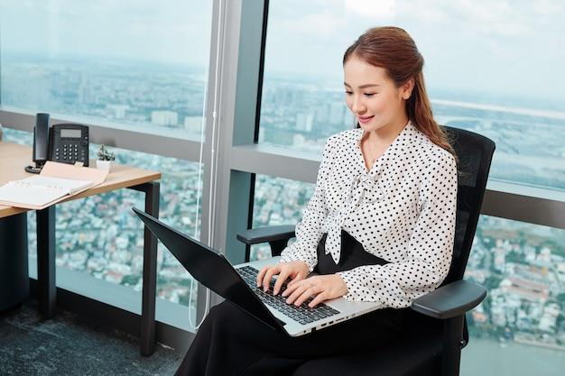 Młoda dama sukcesu w biznesie
