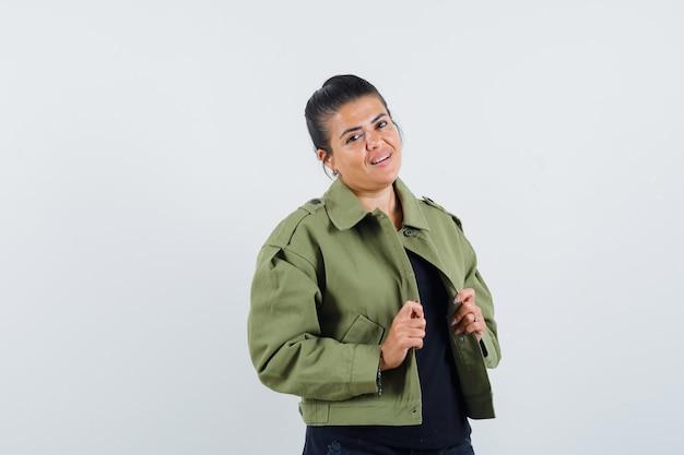 Młoda dama trzyma jej otwartą kurtkę w t-shirt