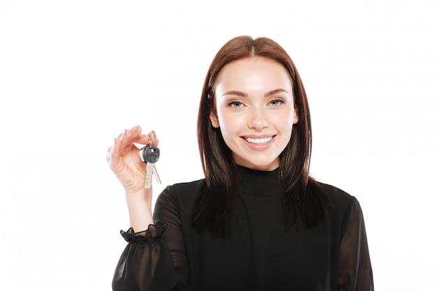 Młoda dama trzyma klucze.