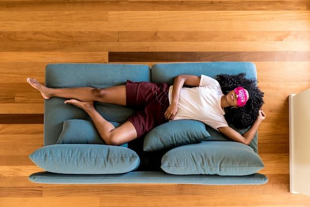 Młoda dama używa maskę oka do snu