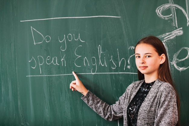 Młoda dama w lekcji angielskiego