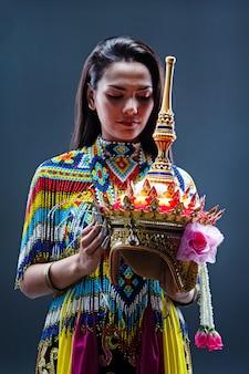 Młoda dama w południowym stroju thai tradition wykonana z kolorowych koralików