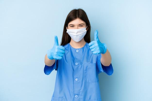 Młoda dentysta kobiety mienia narzędzia nad błękit ścianą