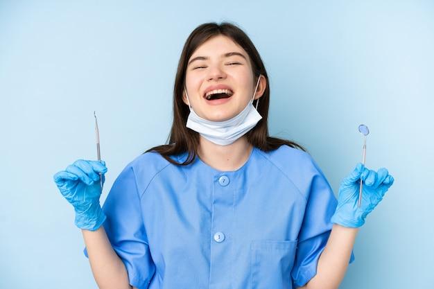 Młoda dentysta kobiety mienia narzędzia