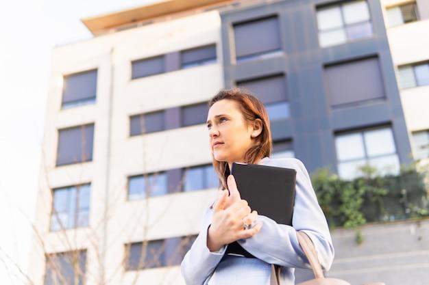 Młoda dorosła kobieta piękna bizneswoman trzyma tabletkę biznesową. pomyślny biznes kobieta koncepcja. miejsce na kopię. koncepcja biznesowa nieruchomości