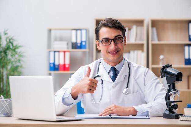 Młoda dorosła lekarka z laptopem