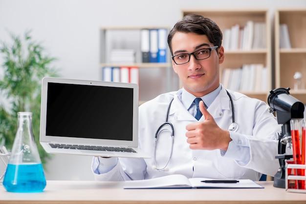 Młoda dorosły lekarka z laptopem