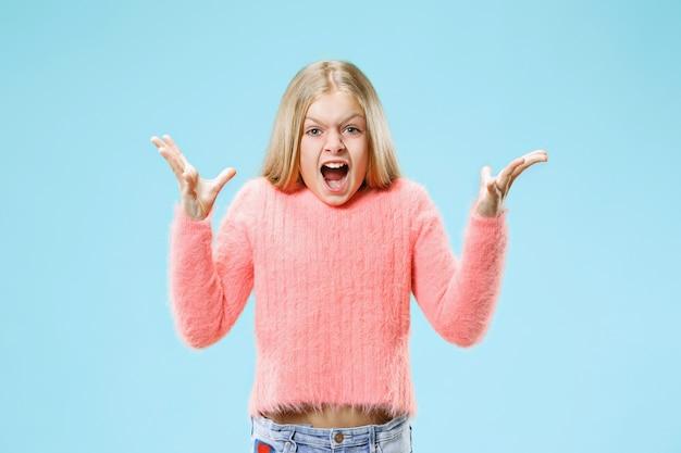 Młoda dorywczo nastolatka dziewczyna krzyczy