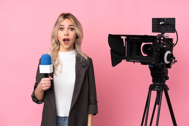 Młoda dziennikarz kobieta nad odosobnionym tłem