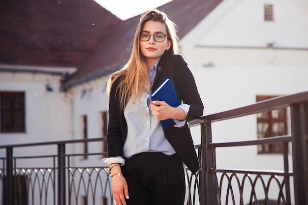 Młoda dziewczyna absolwent w poszukiwaniu pracy.