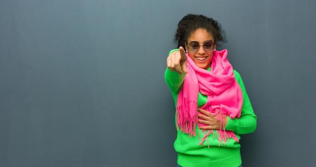 Młoda dziewczyna afroamerykanów o niebieskich oczach marzy o osiągnięciu celów