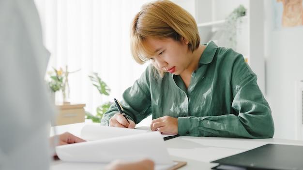 Młoda dziewczyna azji pacjentka podpisywania formularza medycznego w szpitalu