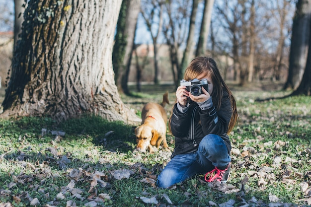 Młoda dziewczyna bierze fotografię w parku