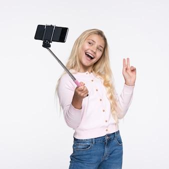 Młoda dziewczyna biorąc selfie z siebie