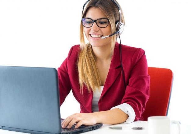 Młoda dziewczyna biznesu przy użyciu jej komputera.
