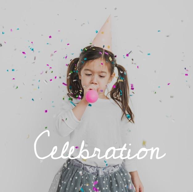 Młoda dziewczyna cieszy się dmuchanie balonem na imprezie