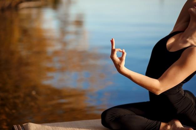 Młoda dziewczyna ćwiczy joga ćwiczenie