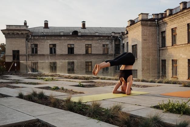 Młoda dziewczyna ćwiczy rozciągania i joga treningu ćwiczenie