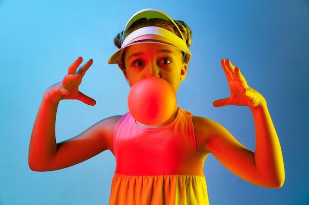 Młoda dziewczyna dmuchanie gumy balonowej