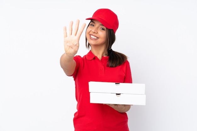 Młoda dziewczyna dostawy pizzy na białym tle szczęśliwy i licząc cztery palcami
