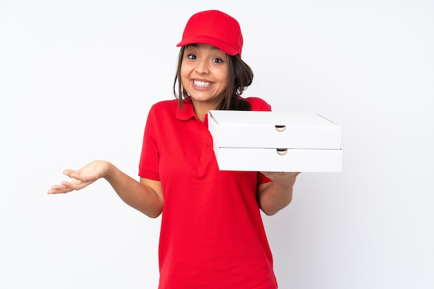 Młoda dziewczyna dostawy pizzy na pojedyncze białe tło uśmiecha się