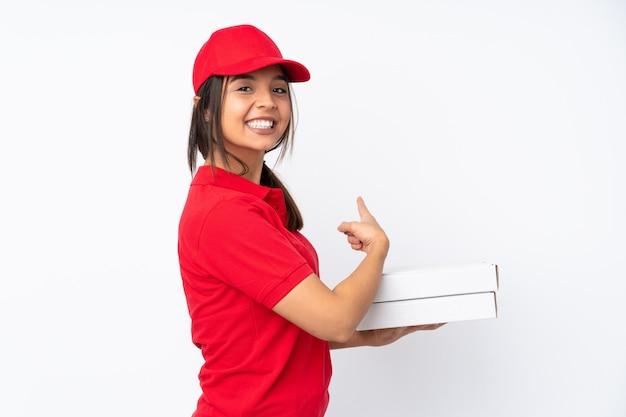 Młoda dziewczyna dostawy pizzy nad białym skierowaną w tył